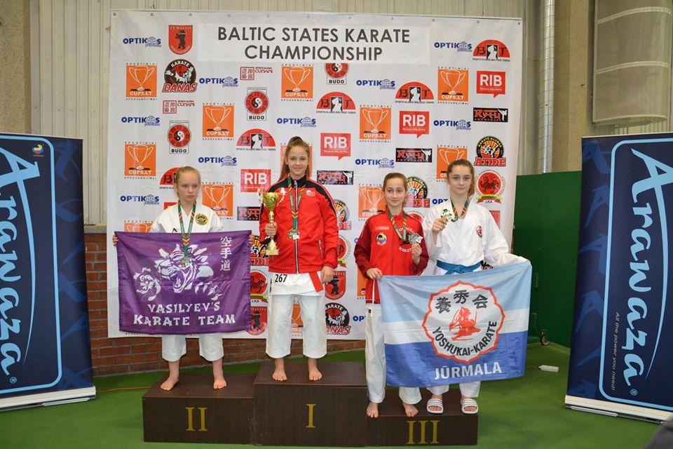 Talsu pamatskolas audzēkne karate čempionātā Lietuvā izcīna divas zelta medaļas