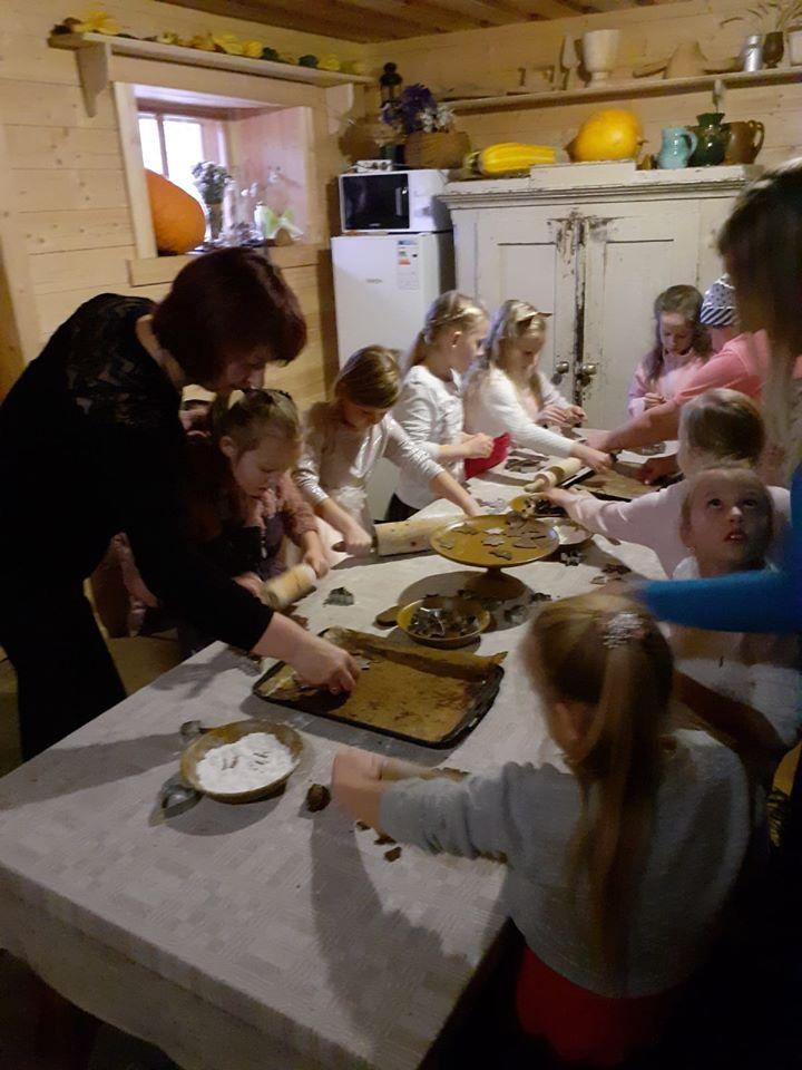 Pirmklasnieki devās uz Pastariņa muzeju iepazīt Ziemas saulgriežu latviskās tradīcijās