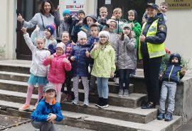 Policijas darbinieces mūsu skolas mazajiem pirmklasniekiem ierādīja drošu ceļu uz skolu.